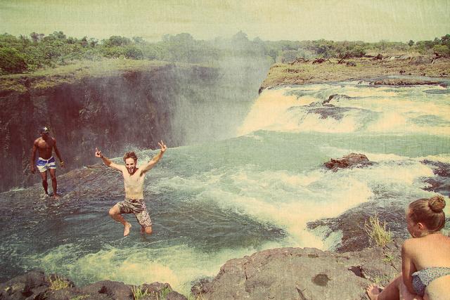 Купель дьявола на водопаде Виктория. Необычные места мира - фото
