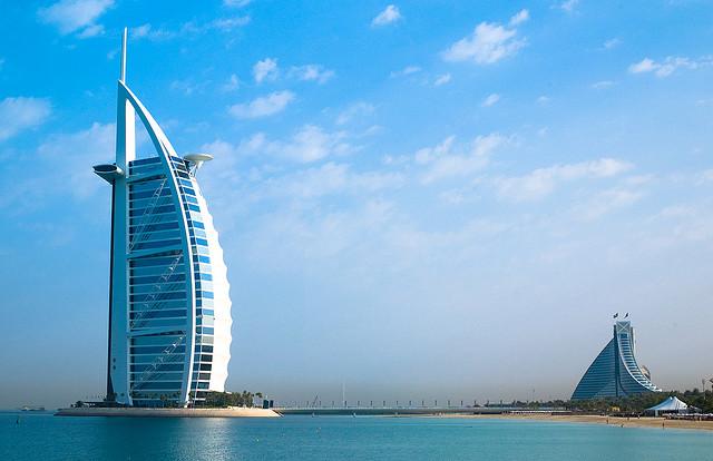 Burj Al Arab - Знаменитый отель-парус в Дубае. Это один из самых дорогих отелей мира.