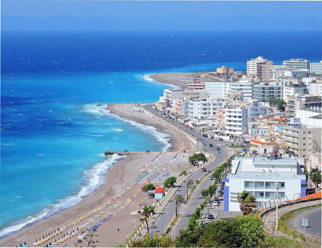 Песчаный пляж города Родос