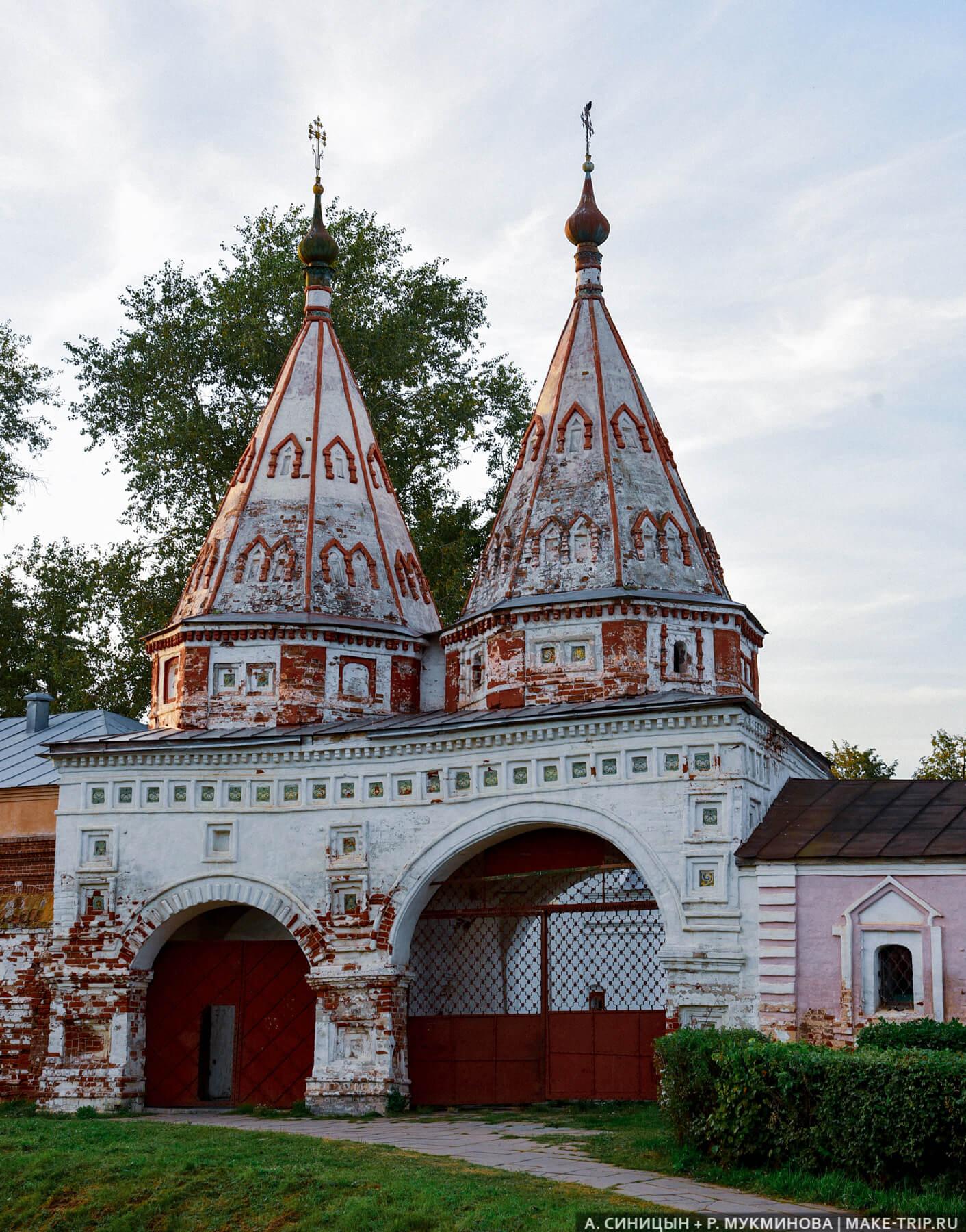 Шатровые Святые ворота Ризоположенского монастыря в Суздале