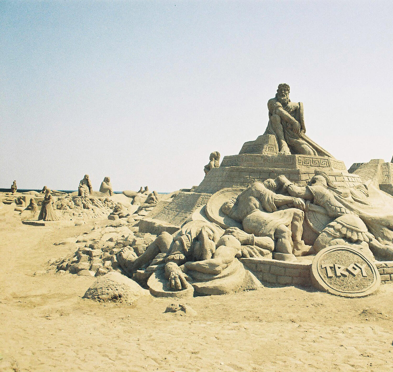 Фото скульптуры на пляже в Анталии