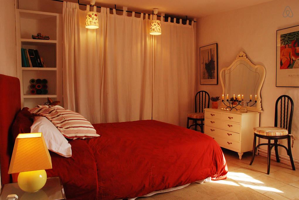 Уютная спальня в усадьбе