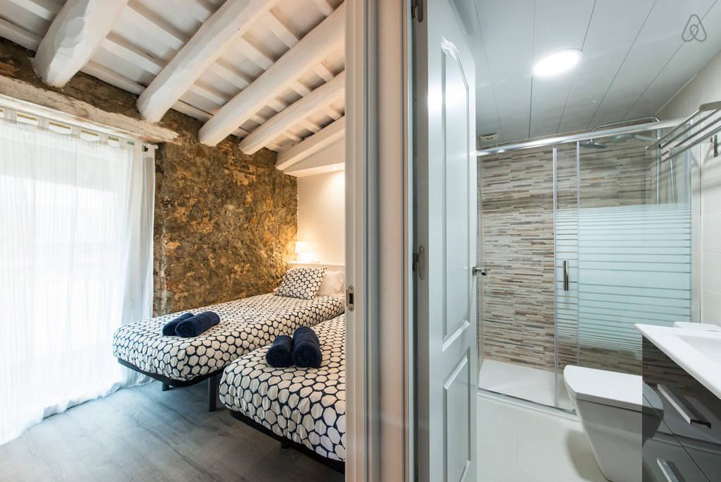 Компактная комната и туалет с душем